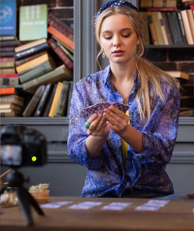 psychic-clairvoyant-woman-holding-cards